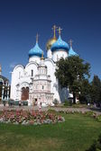 Russia, Sergiev Posad. Uspensky cathedral and Uspensky well with a chapel. — Stock Photo