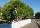 Bmx の壁からジャンプ少年 — ストック写真