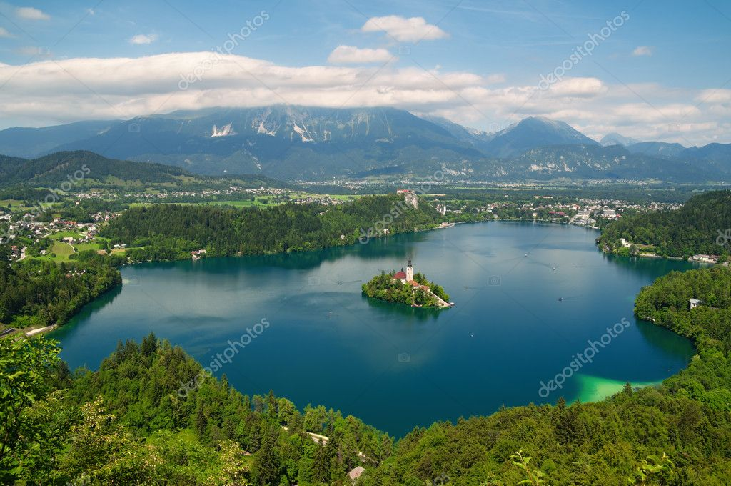 Panoramic view of Lake Bled with  St. Marys Church of the Assumptionon on the small island  Stock fotografie #6165080