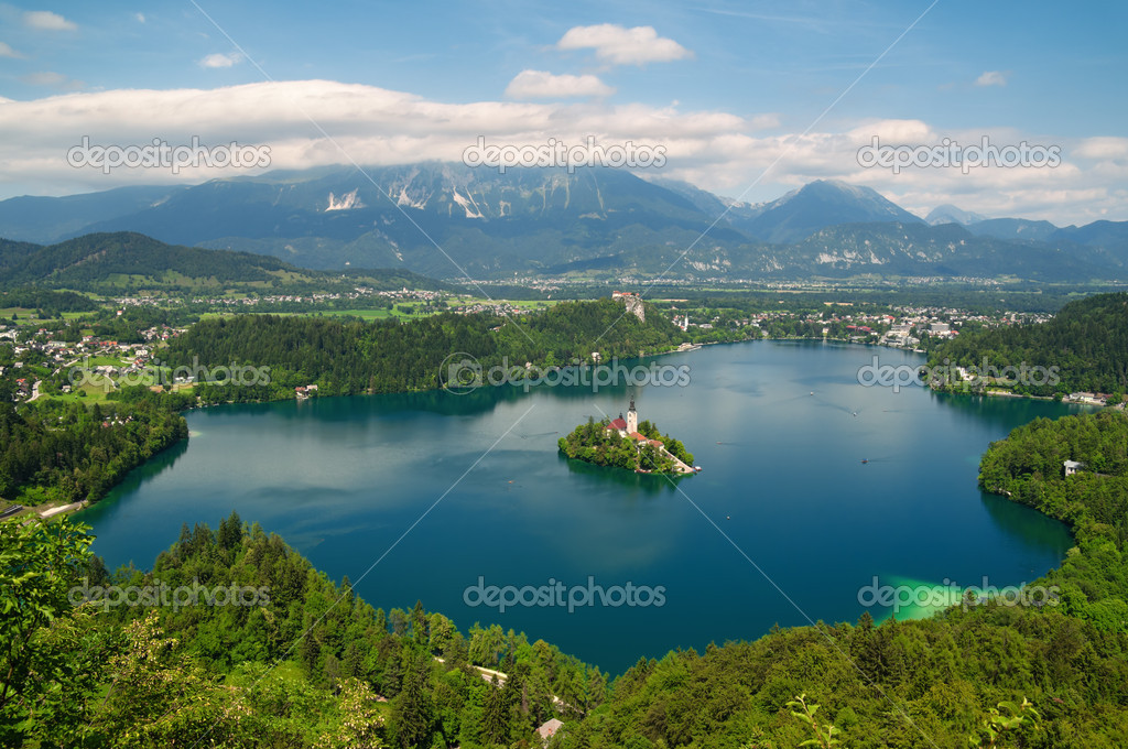 Panoramic view of Lake Bled with  St. Mary´s Church of the Assumptionon on the small island — Zdjęcie stockowe #6165080