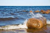 Stor sten i spray av vågor. sjön ladoga — Stockfoto