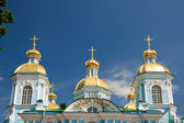 Golden domes of St. Nicholas Naval Cathedral in the background o — Stock Photo