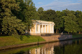Pavilion pier in the Mikhailovsky Garden on the shore sinks in 1 — Stock Photo