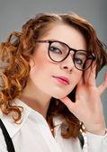 Retrato de una mujer joven y bonita — Foto de Stock