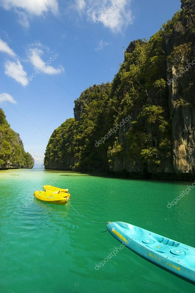 Kayaks in the big lagoon of El Nido, Palawan, Philippines — Stock Photo #6328587