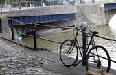 A push bike leaning against the railings — Stock Photo