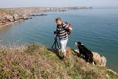 罗克海岸线上一个男性摄影师 — 图库照片