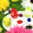 Flowers and Easter eggs on palette — 图库照片