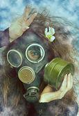 Flicka i en gas-mask — Stockfoto