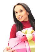 Vrouw met een gift op haar handen — Stockfoto