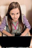 Genç kız bir koltukta oturan laptop onun işi — Stok fotoğraf