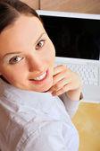 Ritratto di giovane imprenditrice bella sorridente presso la camer — Foto Stock