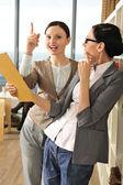 Porträtt av två kvinnliga företagare analysera en rapport. — Stockfoto