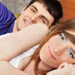 joven hombre y mujer en la cama. par — Foto de Stock