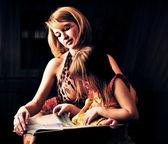 Closeup ritratto di madre adulta e la sua figlioletta — Foto Stock
