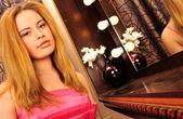 メイクや髪型を行う若いきれいな女性のクローズ アップの肖像画 — ストック写真