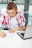 Portrét pohledný mladý muž pracovat s notebookem na noze — Stock fotografie