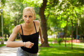 Портрет молодой красивой женщины в спортивной одежде, работает в парке. — Стоковое фото