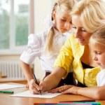 mladá hezká učitel pomáhá její málo studentů ve třídě — Stock fotografie