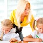 giovane bella insegnante contribuendo ai suoi studenti di fare esercizio — Foto Stock