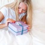 yatak odası sürpriz hediyesi - mutlu kadın yatak odasında — Stok fotoğraf #6487163