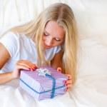 yatak odası sürpriz hediyesi - mutlu kadın yatak odasında — Stok fotoğraf #6580412