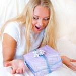 yatak odası sürpriz hediyesi - mutlu kadın yatak odasında — Stok fotoğraf #6580415