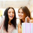 due eccitato dello shopping donna insieme all'interno del centro commerciale. s — Foto Stock