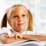 デスクで学校で若い女の子の肖像画 — Stock fotografie