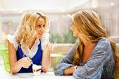 Zwei schöne Frauen Kaffee trinken und plaudern Mall Café. — Stockfoto