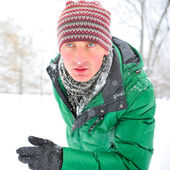 Closeup retrato de hombre joven corriendo en el parque de invierno — Foto de Stock