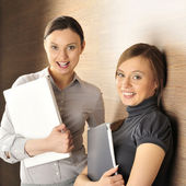 Retrato de dos mujeres en el pasillo. — Foto de Stock