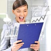 Retrato si joven empresaria en su oficina con informe — Foto de Stock