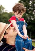 小さな女の子がパパの肩に — ストック写真