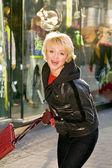 Os custos de jovem nas lojas de rua — Fotografia Stock