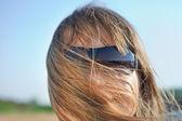 Jovem mulher loira em óculos de sol — Fotografia Stock