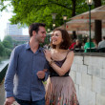 Happy couple walking on a street — Stock Photo