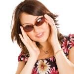 jonge vrouw in zonnebril — Stockfoto