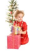 маленькая девочка с рождественский подарок — Стоковое фото