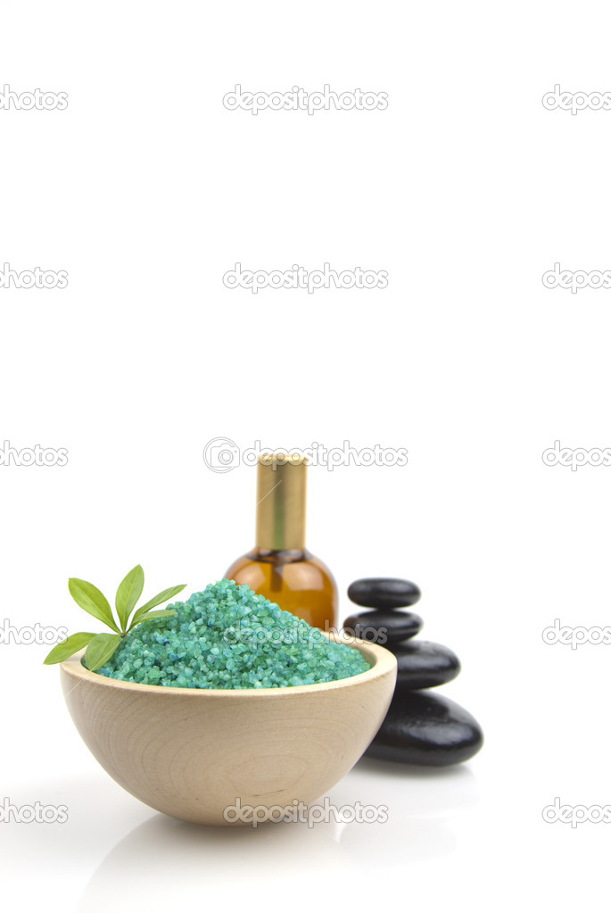 Green organic salt for spa with oil on a white background — Stock Photo #6329541