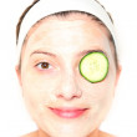 Cucumber on eye — Stock Photo