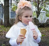 Krásná dívka jí zmrzlina — Stock fotografie