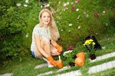 Young woman gardening — Stockfoto