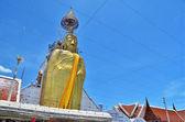 Estatua del gran buda dorado en templo — Foto de Stock