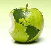 Grüner apfel mit earth-karte — Stockfoto