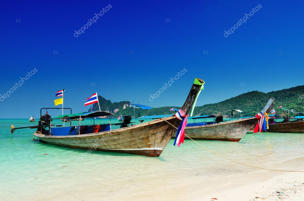 Thai traditional boats on Phi-Phi island. — Stock Photo #5969949