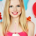 blond dziewczynka gospodarstwa ciasto z świeca — Zdjęcie stockowe