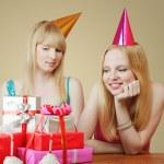 dwie dziewczyny obchodzi urodziny — Zdjęcie stockowe