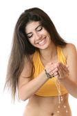 Giovane ragazza si lava con acqua pulita — Foto Stock
