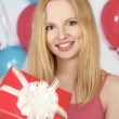 Happy girl holding gift — Stockfoto